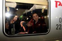 Дети радостно махали фотографам из окна поезда Москва-Смоленск