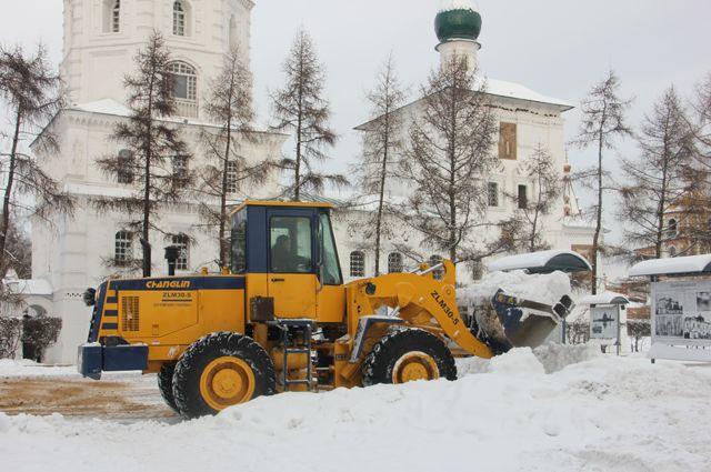 По центру снегоуборочная техника ходит регулярно. А вот дворы обходит стороной.