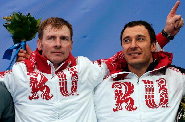 Экипаж бобслеистов в составе Александра Зубкова (слева) и Алексея Воеводы принёс нашей сборной пятую золотую медаль.