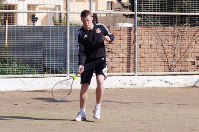 Футболисты «Урала» играют в теннис на кипрских сборах
