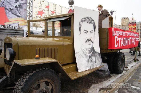В изображении Сталина не нужно искать политический подтекст: раз портрет был в 1943, значит, и у реконструкторов должен быть.