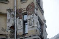 Плотников переулок, д. 4/5. Доходный дом со знаменитыми фривольными скульптурами, построенный архитектором Жериховым в 1907 году.