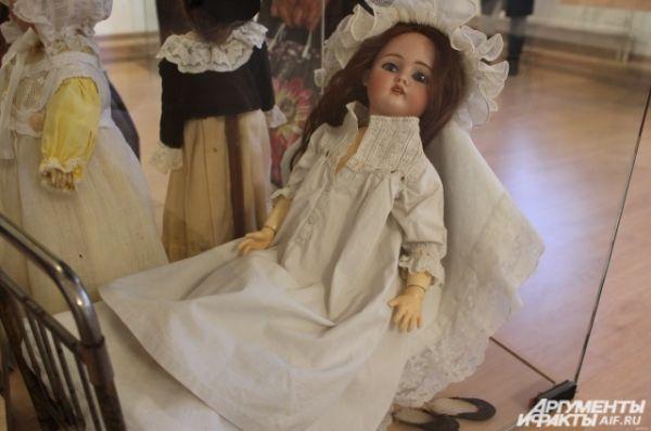 Кукла в чепце в кроватке  -