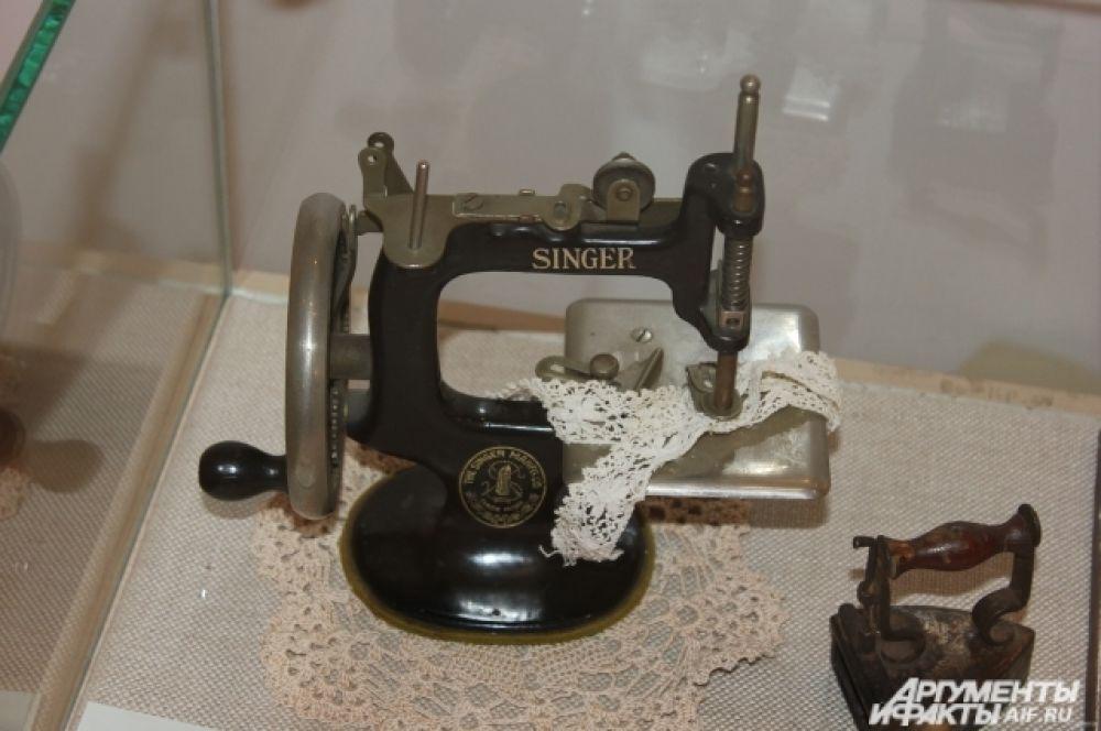 Действующая кукольная швейная машинка и утюг.