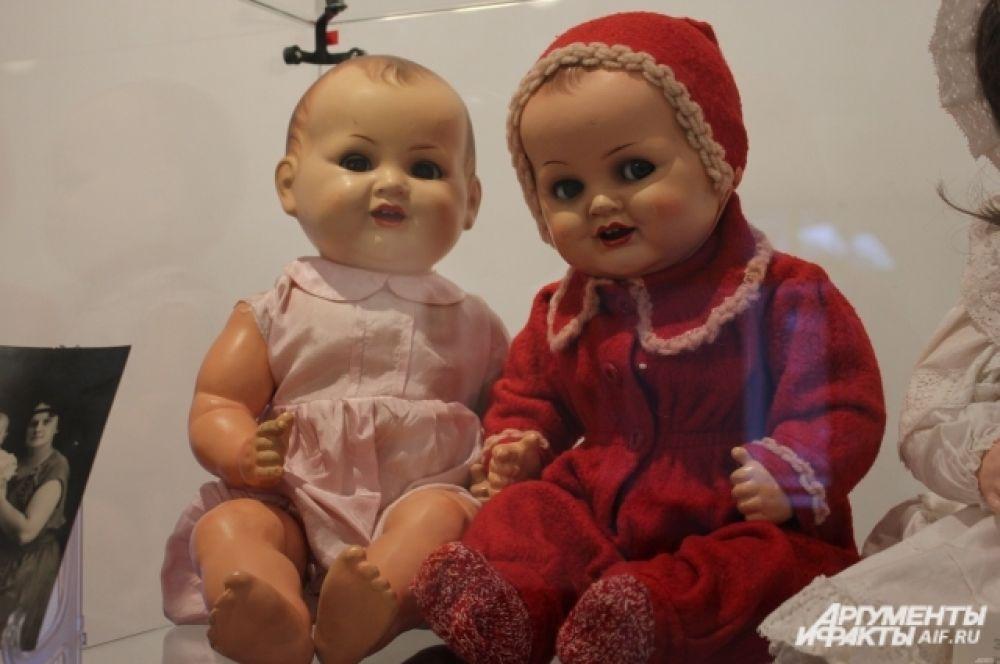 Два малыша, слева - в розовом платье, справа - в красном костюме  - Франц Шмидт, Германия, 1930-е гг., композит.