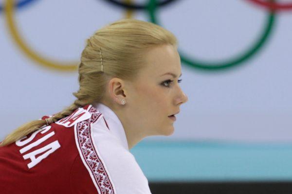Так или иначе, нашим девушкам удалось обыграть команды Дании, США и Швейцарии. На фото: свипер сборной России по кёрлингу 21-летняя Александра Саитова.