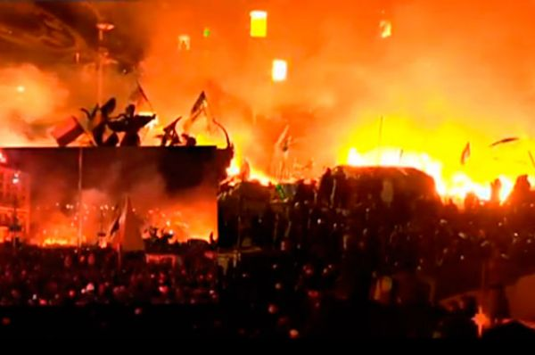 В районе десяти часов вечера по московскому времени две колонны украинского спецназа начали штурм Майдана Незалежности. Силовики призывали женщин и несовершеннолетних покинуть площадь в связи с проведением «антитеррористической акции»