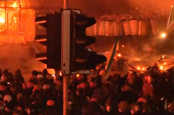 Лидер фракции «Батьківщина» Арсений Яценюк призвал президента Украины отозвать правоохранителей и объявить до утра перемирие. На таких условиях, по его словам, демонстранты «готовы пойти напереговоры».
