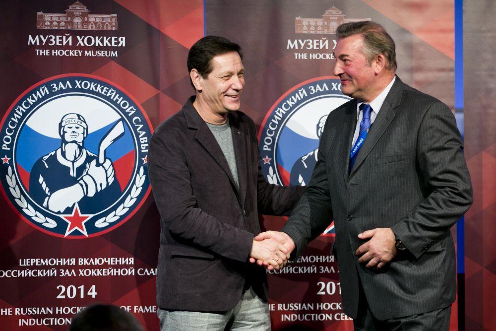Владислав Третьяк (справа) стал первым, кому Александр Жуков, президент Олимпийского комитета России, вручил перстень Зала славы.