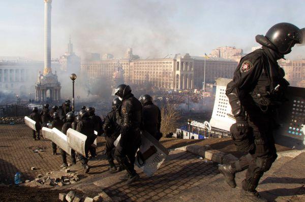 В настоящее время столкновения активистов Евромайдана и правоохранителей продолжаются. В воздухе взрываются петарды, свето-шумовые гранаты и коктейли Молотова. В сторону силовиков манифестанты бросают брусчатку.