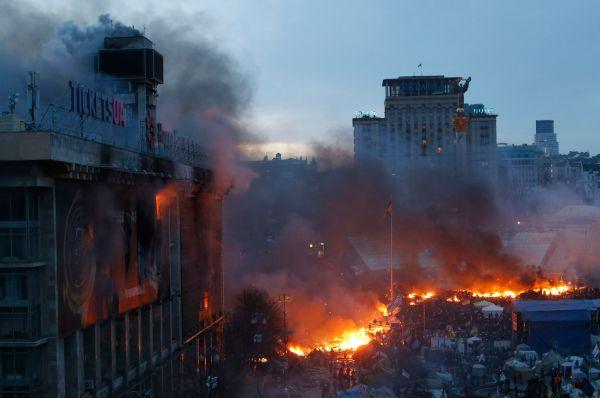 Беспорядки в Киеве начались ещё днём 18 февраля, когда шествие протестующих переросло в стычки с милицией. В ответ на них правоохранители штурмовали манифестантов Евромайдана в центре города.