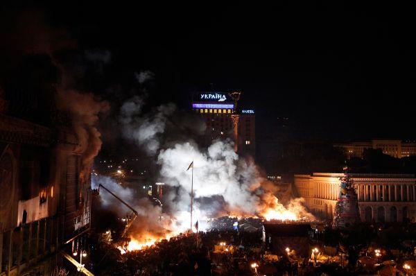 К утру 19 февраля силовики окружили стелу на киевской площади Незалежности и продвинулись к митингующим ещё на несколько метров.