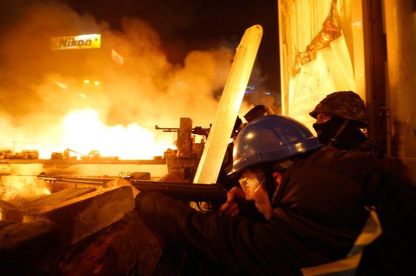 Со стороны МВД начали поступать сообщения об огнестрельных ранениях сотрудников правоохранительных органов.