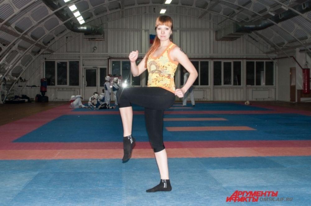 Бег с высоко поднятыми коленями на месте. Опускайте стопу на пол, начиная с носка, ноги в коленях полусогнуты. Спина прямая.