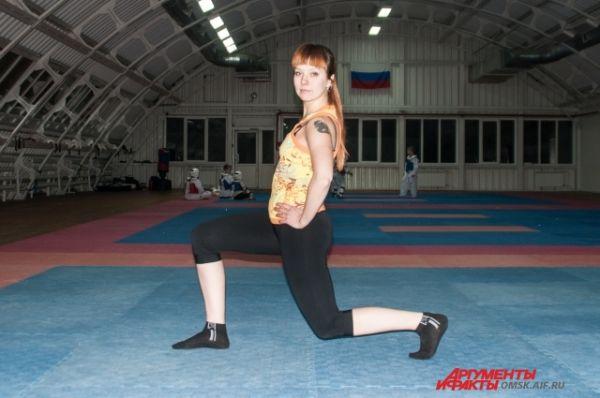 Выпады. Делаем шаг вперёд, сгибаем ногу в колене, сгибаем вторую ногу. Следите, чтобы колено не уходило вперёд.