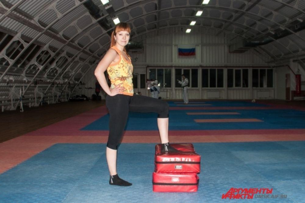 Подъём на ступеньку. Одну ногу всей стопой ставите на возвышенность, например, на стул. Колено согнуто под прямым углом, спина прямая. Поднимитесь, встаньте на стул двумя ногами, опуститесь, после чего, поменяйте ноги.