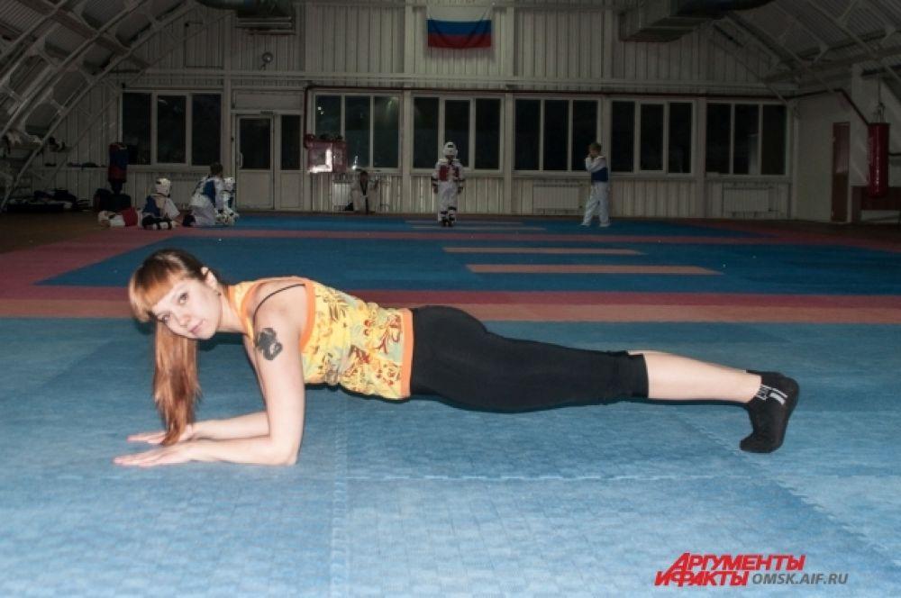 Упор на предплечье (планка). Лягте на живот и сделайте упор на предплечья. Ноги – на полупальцах. Отрываем таз и колени от пола, тело вытянуто и напряжено, не прогибайтесь.
