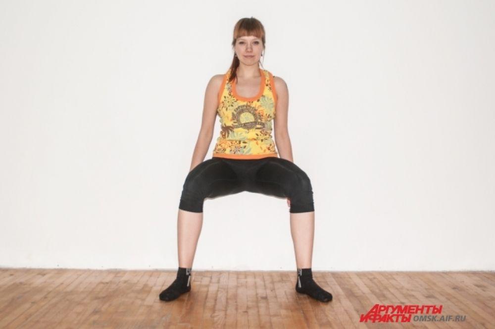 Приседания с опорой. Встаньте к стене, стопы– на ширине таза и параллельны друг друга. Сгибаете ноги в коленях и опускаетесь вниз до параллели с полом. Не забывайте, что поясница и затылок прижаты к стене.