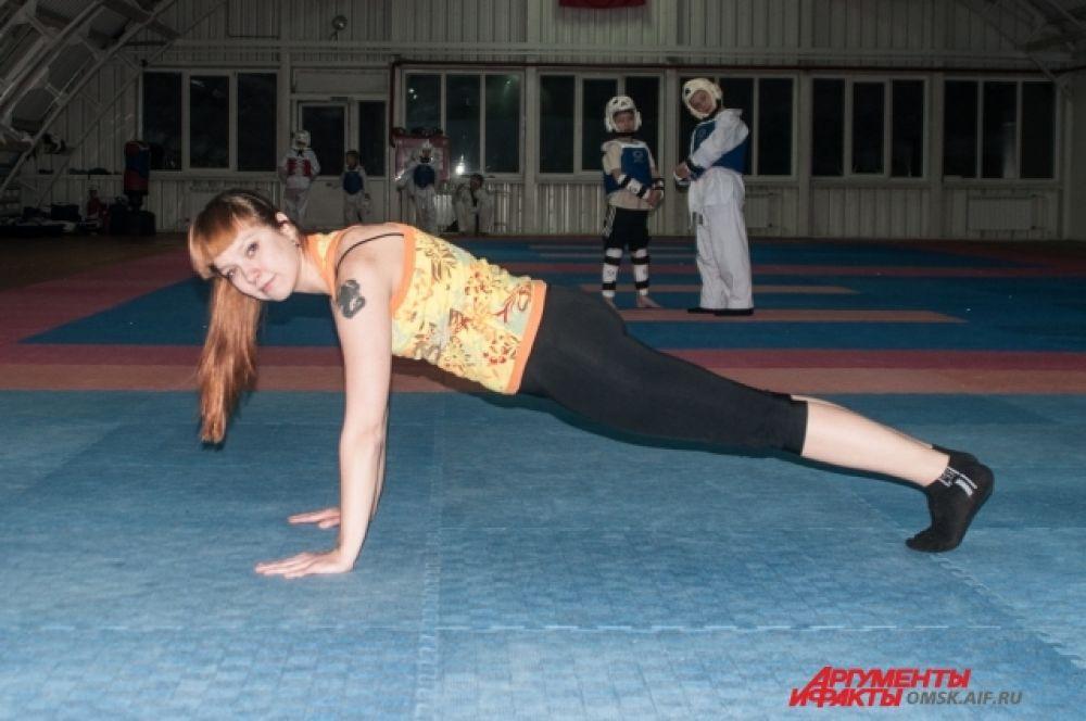 Отжимание. Классические отжимания – ладони на ширине плеч, корпус и ноги на одной линии. Спина прямая, не прогибайтесь.
