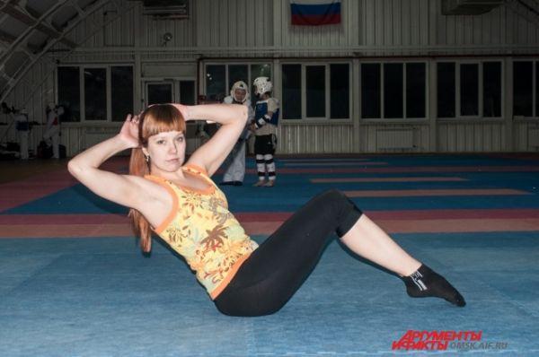 Пресс. Ноги согнуты, стопы параллельны друг другу. На выдохе поднимаете корпус вверх, при этом, важно максимально напрягать мышцы пресса.