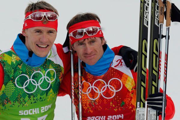Российские лыжники Никита Крюков (слева) и Максим Вылегжанин завоевали серебряную медаль Олимпиады в командном спринте. Таким образом, лыжники принесли России 22-ю медаль Игр.
