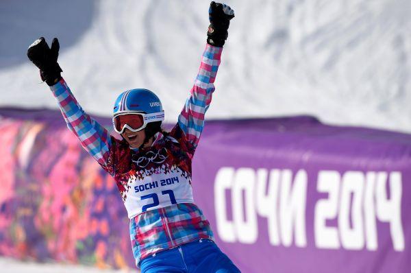 Российская сноубордистка Алена Заварзина завоевала «бронзу» в параллельном гигантском слаломе на Олимпийских играх в Сочи, дважды опередив в заездах за третье место Ину Мешик.