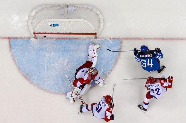 Третий гол сборная Финляндии забила во втором периоде - отличился Микаэль Гранлунд. После этого главный тренер поменял вратаря: вместо Варламова вышел Бобровский.