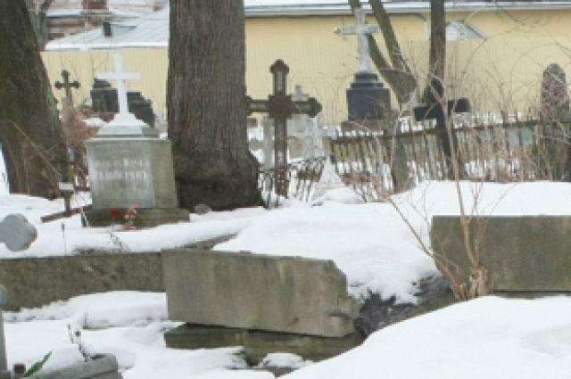 Власти Челябинска не выделили автобусов до кладбищ в родительский день