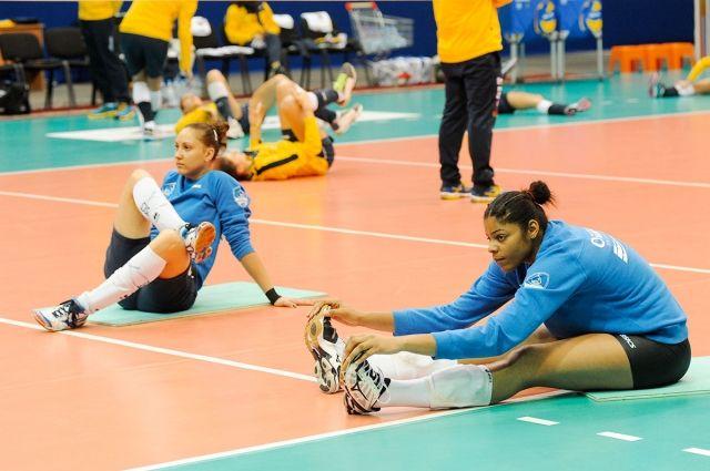 Волейболистки на тренировке.