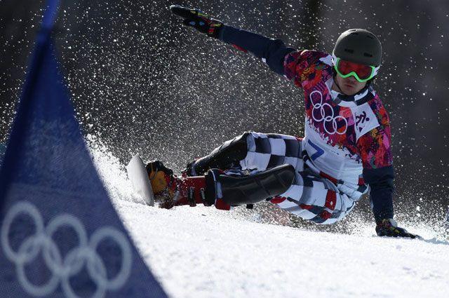 Вик Уайлд в финале параллельного гигантского слалома на соревнованиях по сноуборду.