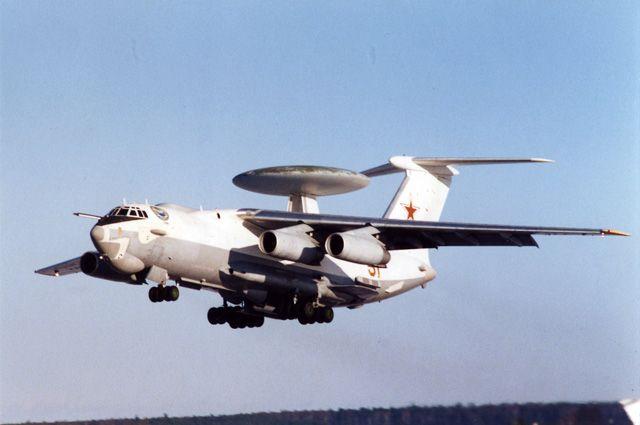 При взлётной массе 190 тонн А-50 в воздухе смотрится довольно изящно.