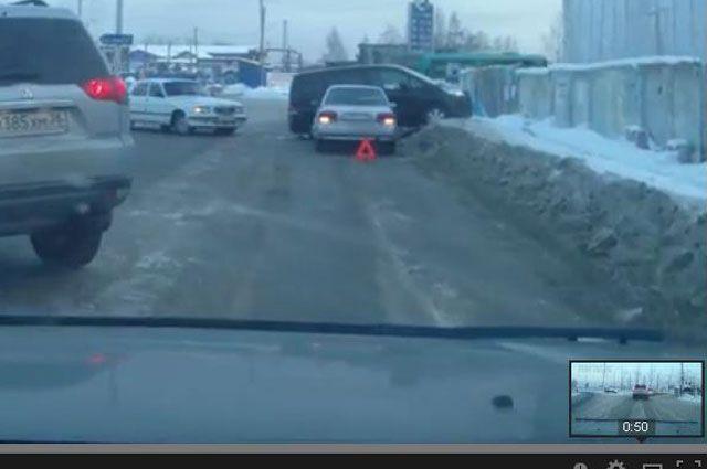 Поделить дорогу иногда не могут сразу несколько автомобилей.