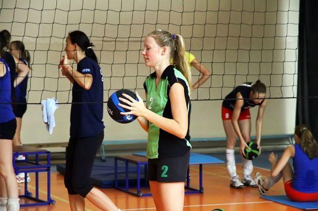 Юные волейболистки.