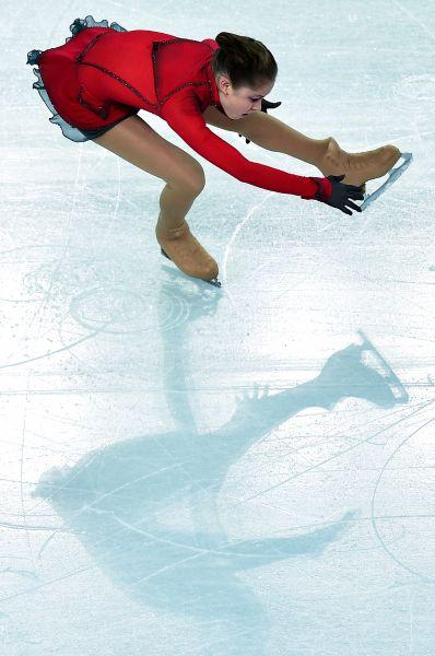 Первой из наших фигуристок на лёд вышла Юлия Липницкая. Она выступила на высоком уровне, хотя допустила две небольших ошибки.