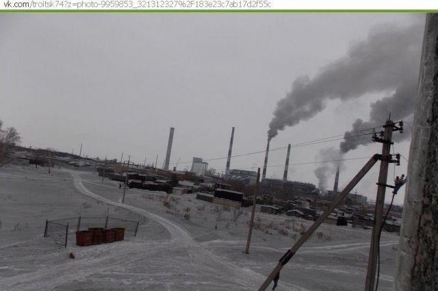 Роспотребнадзор проверит, насколько опасен черный снег в Троицке