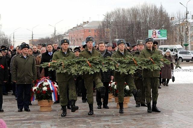 Церемония возложения цветов на площади Победы 21 февраля.