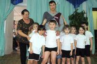 Александр Тимошенков с воспитанникамии детского сада.