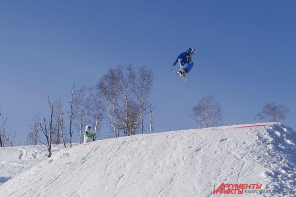 Параллельно свои умения демонстрировали лыжники и сноубордисты.