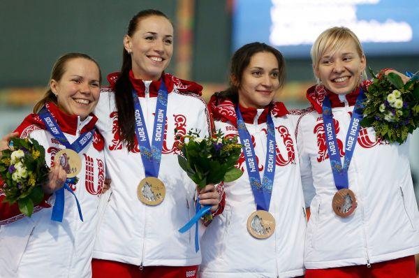 Конькобежки Ольга Граф, Екатерина Лобышева, Екатерина Шихова иЮлия Скокова (слева направо) завоевали бронзовую медаль вкомандной гонке.