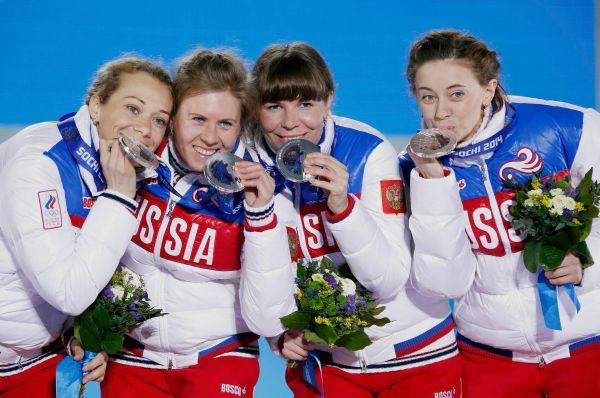 Женская сборная России побиатлону всоставе Ольги Зайцевой, Яны Романовой, Екатерины Шумиловой иОльги Вилухиной (слева направо) стала обладательницей серебряной медали женской эстафеты, состоявшейся наОлимпиаде вСочи.