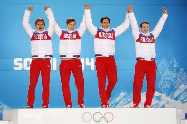 Чуть позже втотже день Виктор Анвместе сСемёном Елистратовым, Владимиром Григорьевым иРусланом Захаровым (слева направо) одержали победу вэстафете вшорт-треке надистанции 5000м.