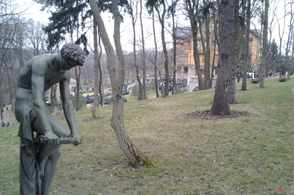 Парк изобилует бронзовыми и мраморными скульптурами
