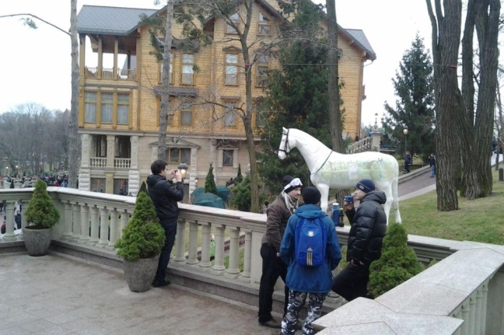 Многие задумывались, что должна символизировать белая лошадь