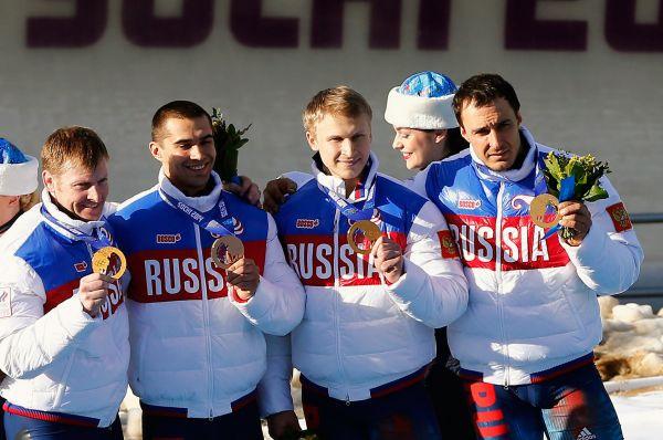 Тринадцатую золотую медаль сборной России принесла четвёрка Александра Зубкова (слева), победившая в соревнованиях по бобслею. В состав экипажа также вошли Алексей Негодайло, Дмитрий Труненков и Алексей Воевода.