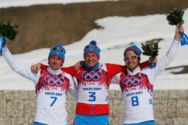 Настоящим триумфом для сборной России стала лыжная гонка на 50 км с масс-стартом - россияне заняли весь подиум. Победу одержал Александр Легков (в центре), Максим Вылегжанин (слева) финишировал вторым, а замкнул тройку сильнейших Илья Черноусов (справа).