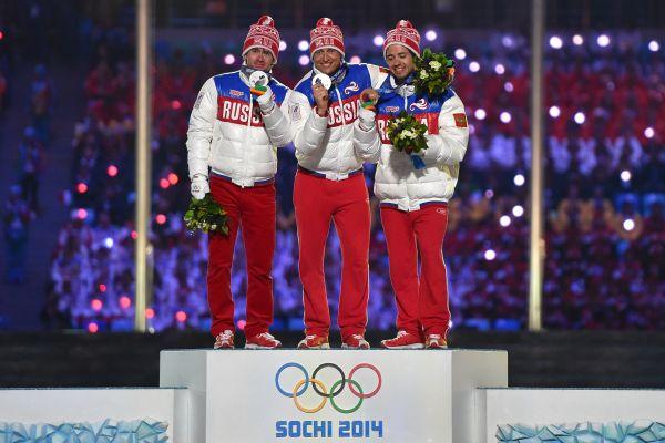 В рамках церемонии также состоялось награждение победителей, в том числе российских лыжников - Александра Легкова, Максима Вылегжанина и Ильи Черноусова, которые заняли весь пьедестал почета в марафоне.