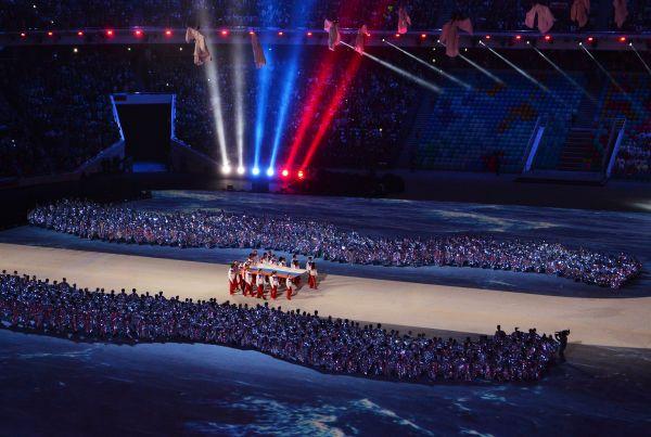 В самом начале был поднят флаг России, который на стадион вынесли олимпийские чемпионы сборной РФ.