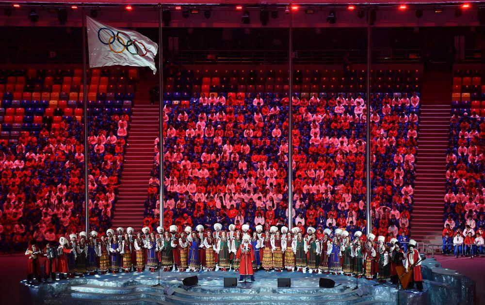 Всероссийский сводный хор под управление дирижера Валерия Гергиева исполнил гимн России.