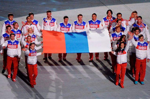 Победители торжественно несут флаг России.