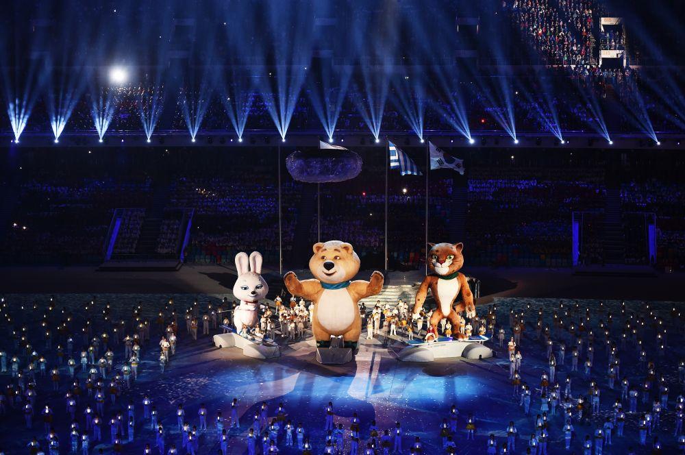 На арене прозвучал фрагмент песни Александры Пахмутовой «До свидания, Москва», были показаны кадры с церемонии закрытия Игр, прошедших в СССР в 1980 году.